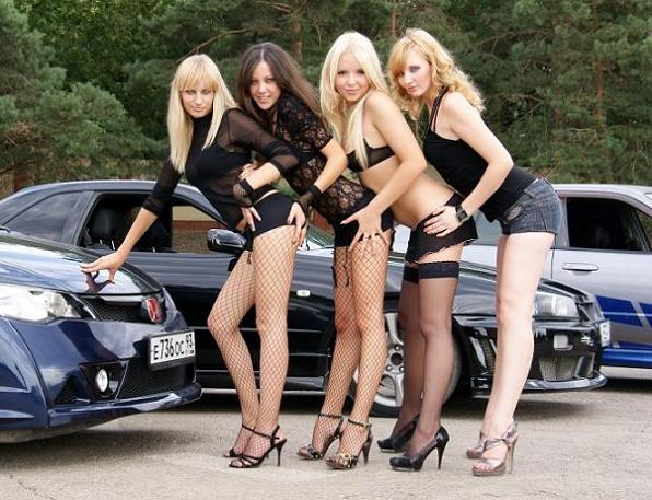 Соблазнительные девушки в мини-юбках и платьях