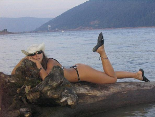Девушки топлесс загорают на пляже